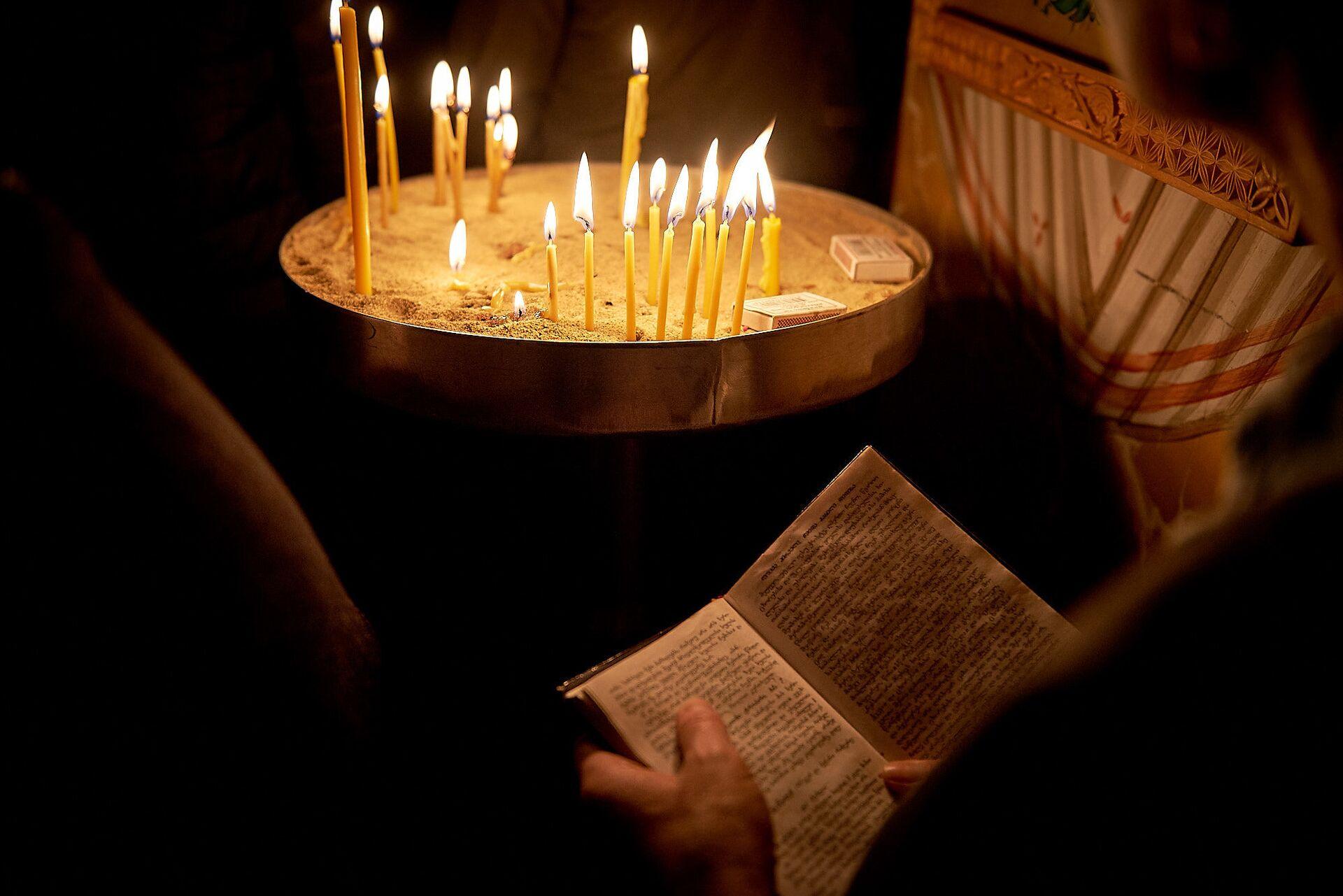 Свечи у икон. Пасхальная служба в храме 13 святых ассирийских отцов в селе Канда - Sputnik Грузия, 1920, 08.10.2021