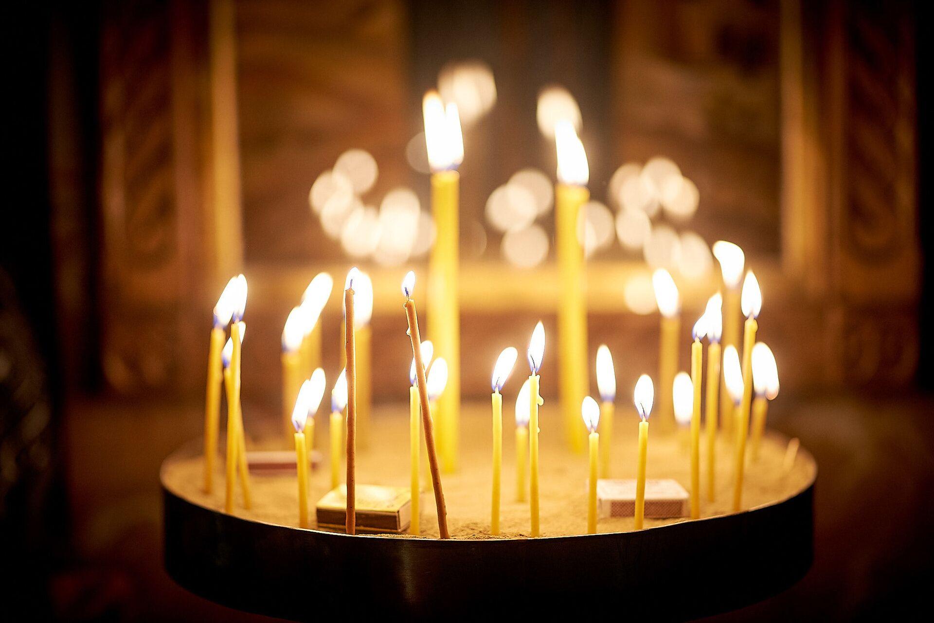 Свечи в церкви. Пасхальная служба в храме 13 святых ассирийских отцов в селе Канда - Sputnik Грузия, 1920, 13.10.2021