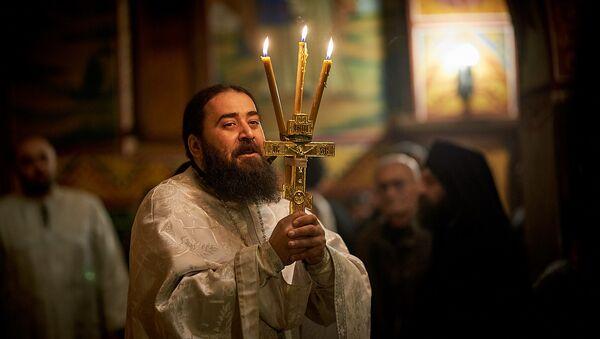 Пасхальная служба в храме 13 святых ассирийских отцов в селе Канда. Отец Серафим - Sputnik Грузия