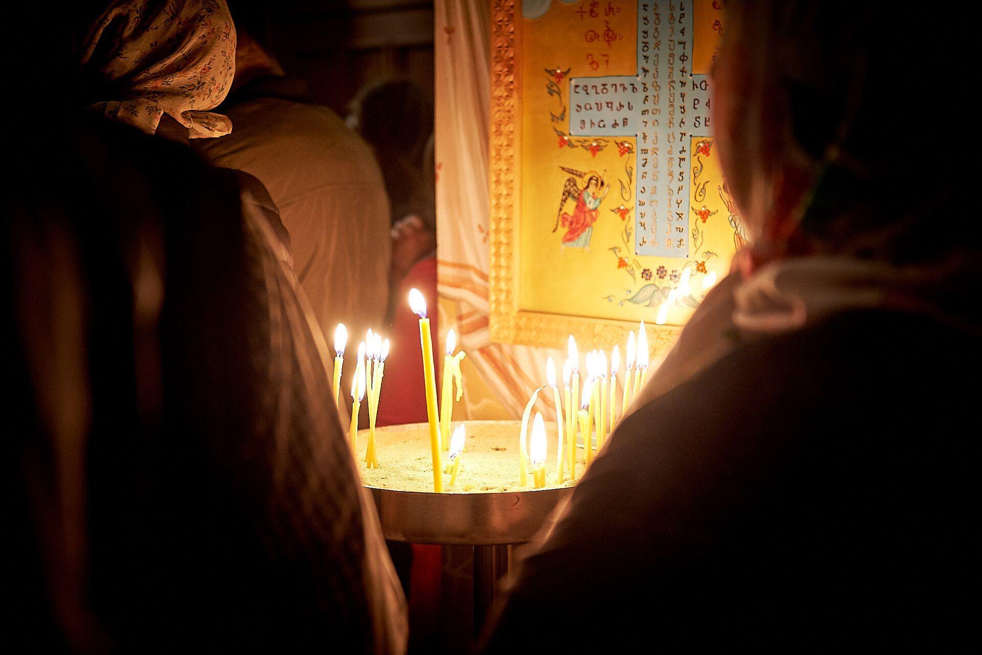 Верующие в церкви. Пасхальная служба в храме 13 святых ассирийских отцов в селе Канда  - Sputnik Грузия, 1920, 30.09.2021
