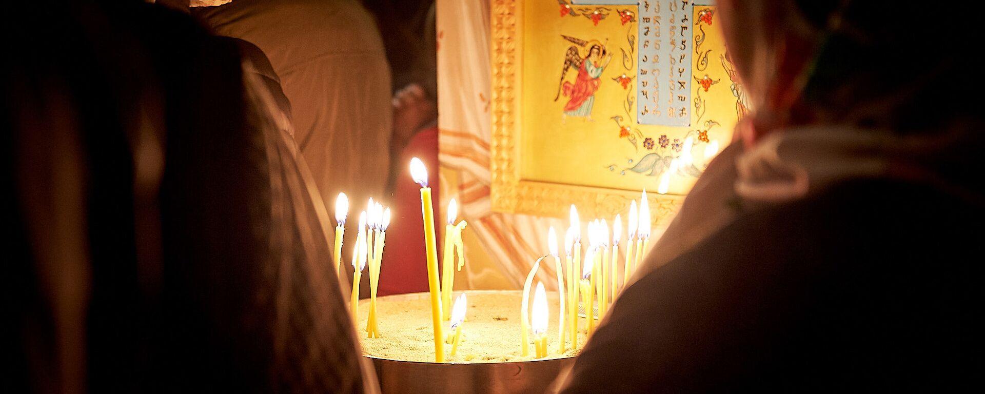 Верующие в церкви. Пасхальная служба в храме 13 святых ассирийских отцов в селе Канда  - Sputnik Грузия, 1920, 15.11.2019