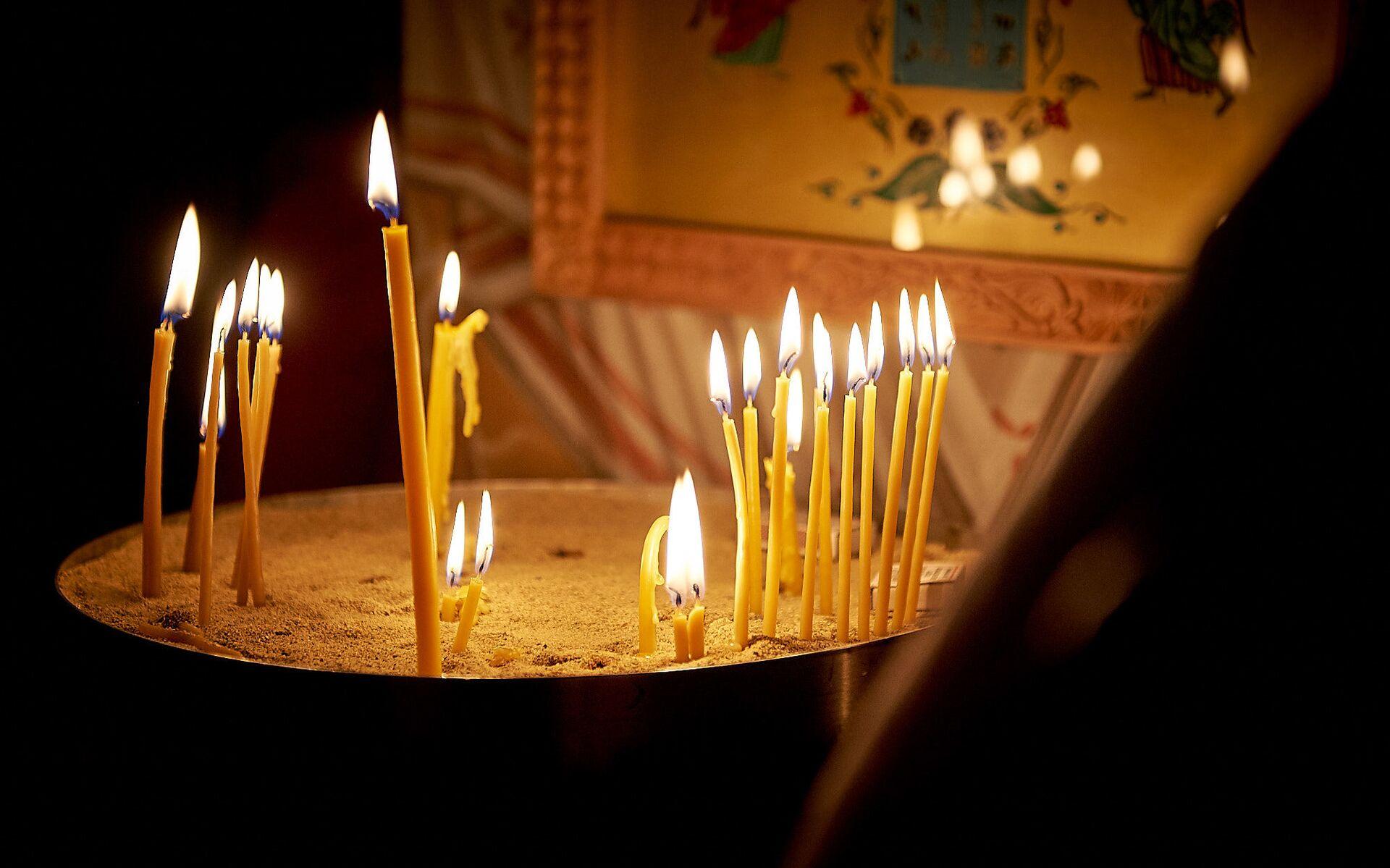 Горящие свечи у икон. Пасхальная служба в храме 13 святых ассирийских отцов в селе Канда  - Sputnik Грузия, 1920, 08.10.2021