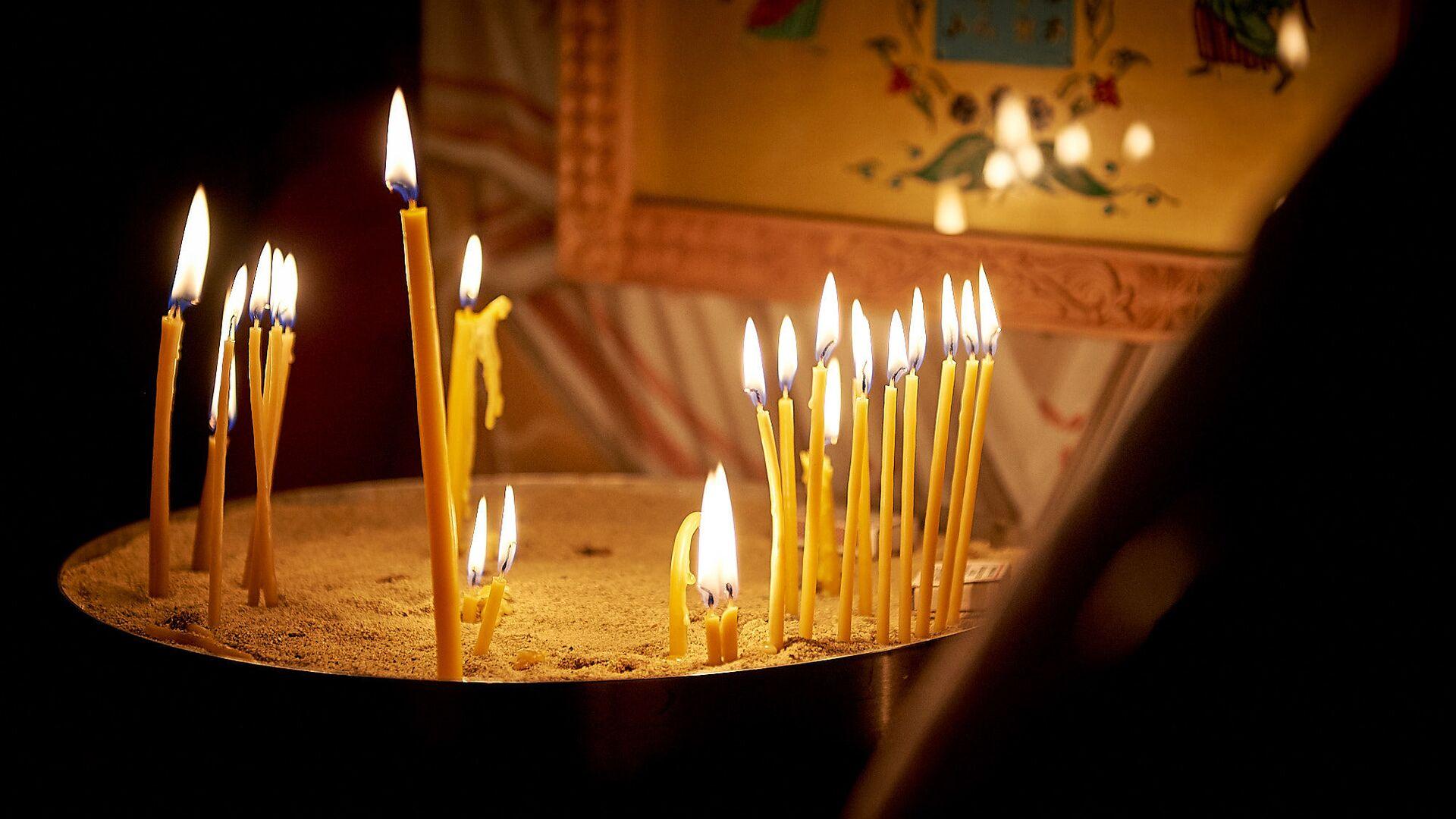 Горящие свечи у икон. Пасхальная служба в храме 13 святых ассирийских отцов в селе Канда  - Sputnik Грузия, 1920, 01.09.2021