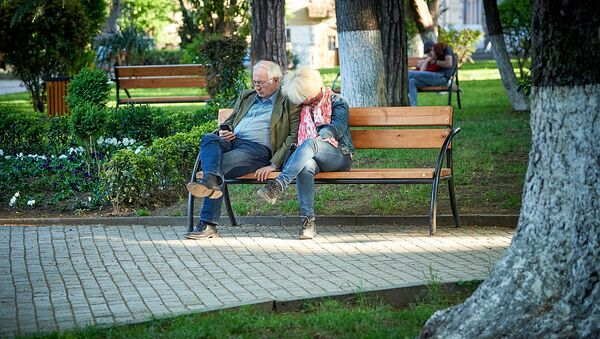 Пожилая пара в парке солнечным днем - Sputnik Грузия
