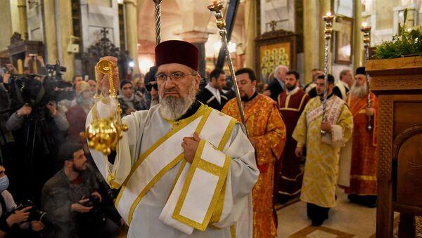 Священники во время пасхального богослужения в храме Святой Троицы - Sputnik Грузия