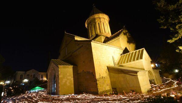 მორწმუნეები დანთებული სანთლებით უვლიან სამების საკათედრო ტაძარს სააღდგომო ღვთისმსახურების დროს - Sputnik საქართველო
