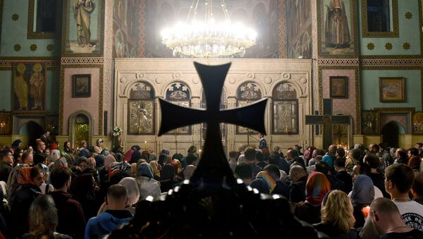 Верующие во время Пасхального богослужения в соборе Святой Троицы - Sputnik Грузия