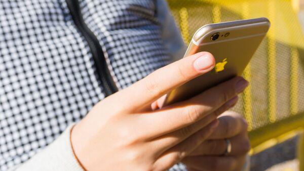 ქალი მობილურ ტელეფონზე წერს შეტყობინებას - Sputnik საქართველო