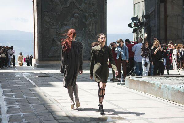 Так как коллекция представлена на осень - зиму 2019-20, дизайнером были предложены шерстяные свитеры, и длинные пальто в пол, и высокие сапоги – все то, что согреет в холодную погоду - Sputnik Грузия