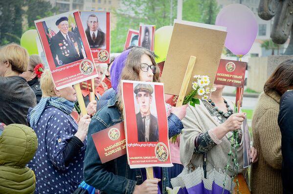 В дальнейшем сложилось так, что праздновать День Победы 9 мая в городе стали на Аллее Героев, где расположен памятник Жиули Шартава, погибшему 27 сентября 1993 года во время войны в Абхазии, а также мемориал погибшим 9 апреля 1989 года - Sputnik Грузия