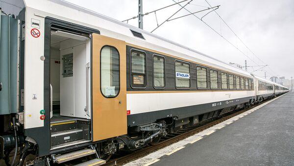 Пассажирский поезд, который будет курсировать по железной дороге Баку-Тбилиси-Карс - Sputnik Грузия