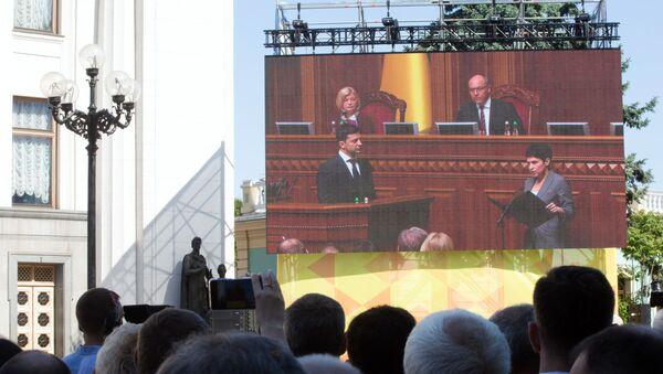 Трансляция церемонии инаугурации избранного президента Украины Владимира Зеленского в Киеве - Sputnik Грузия