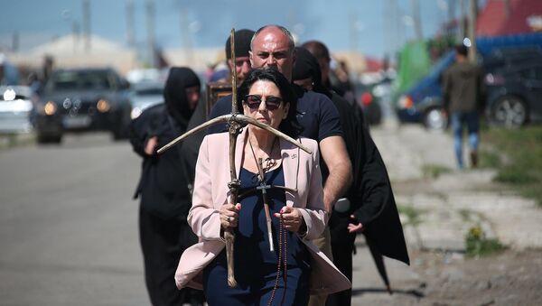 Президент Грузии с крестом в руках прошла часть пути Святой Нино - Sputnik Грузия