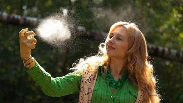 ახალგაზრდა ქალი ისხამს სუნამოს - Sputnik საქართველო