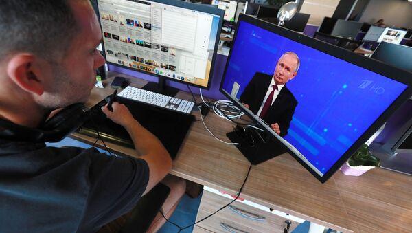 Президент РФ Владимир Путин отвечает на вопросы россиян во время ежегодной специальной программы Прямая линия с Владимиром Путиным - Sputnik Грузия