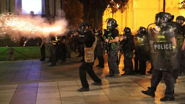 Акция протеста у парламента. Спецназ разгоняет протестующих, используя слезоточивый газ - Sputnik Грузия
