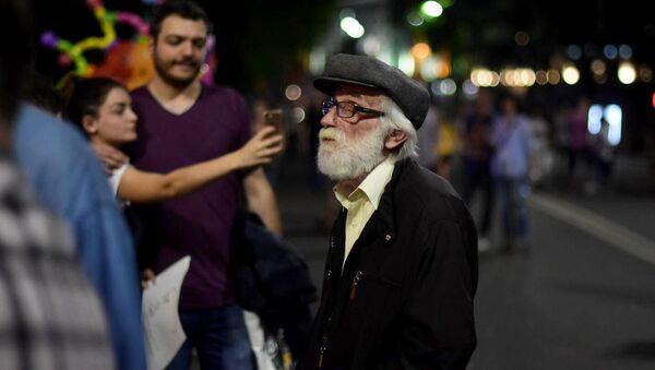 Пожилой мужчина на акции протеста у парламента Грузии - Sputnik Грузия