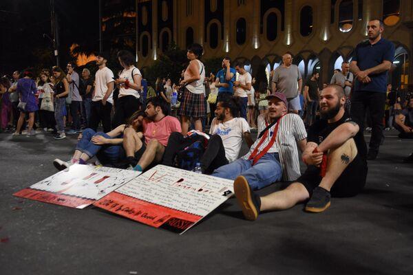 Сюда приходят знакомые, друзья, жители Тбилиси и регионов Грузии - чтобы присоединиться к участникам митинга - Sputnik Грузия
