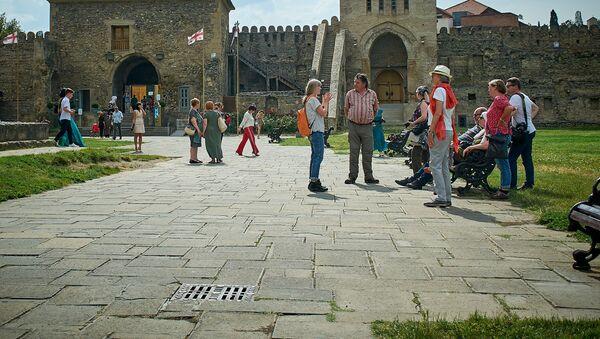 Туристы осматривают храм Светицховели - Sputnik Грузия