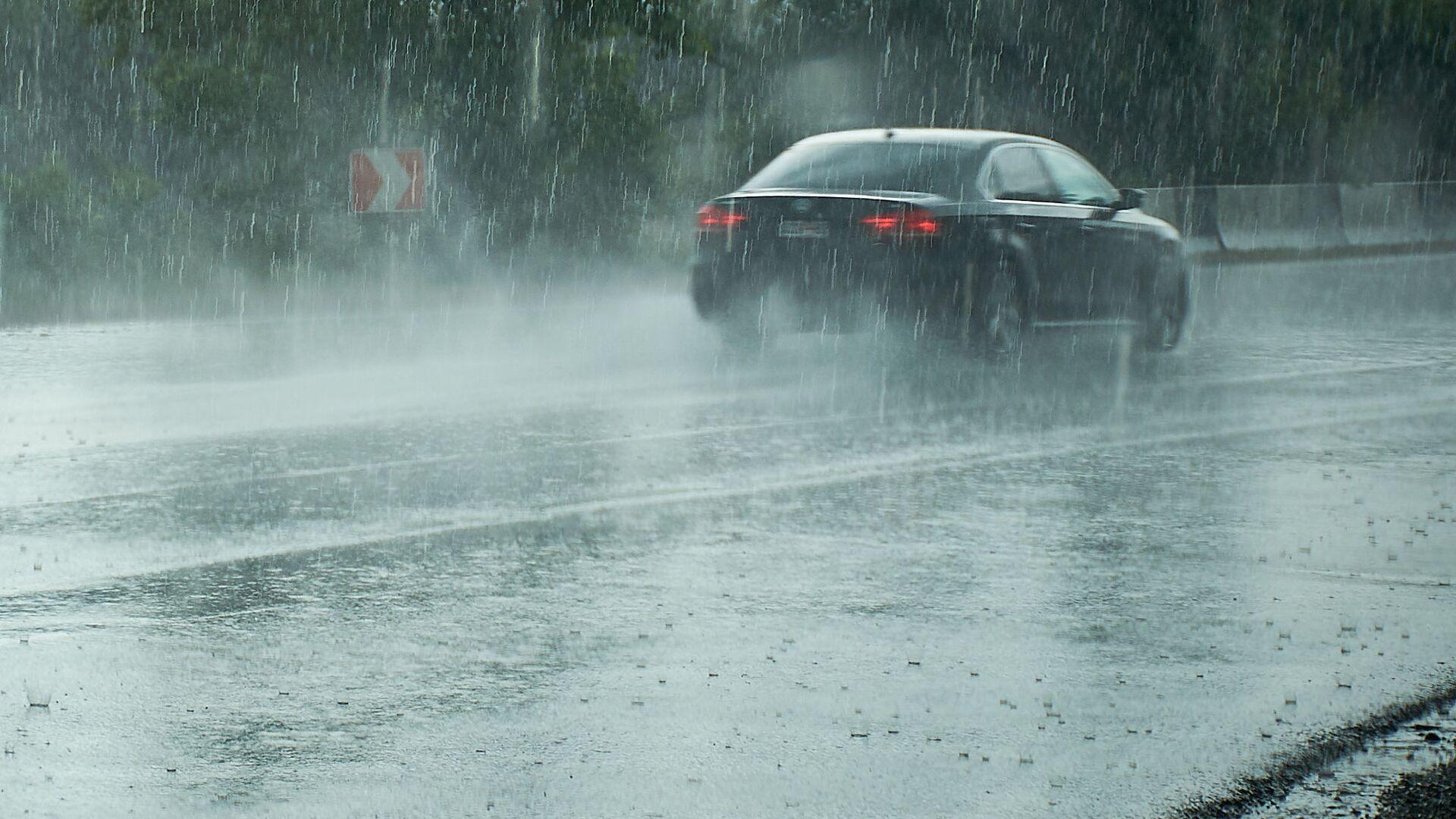 Машина едет по трассе в сильный дождь - Sputnik Грузия, 1920, 08.09.2021