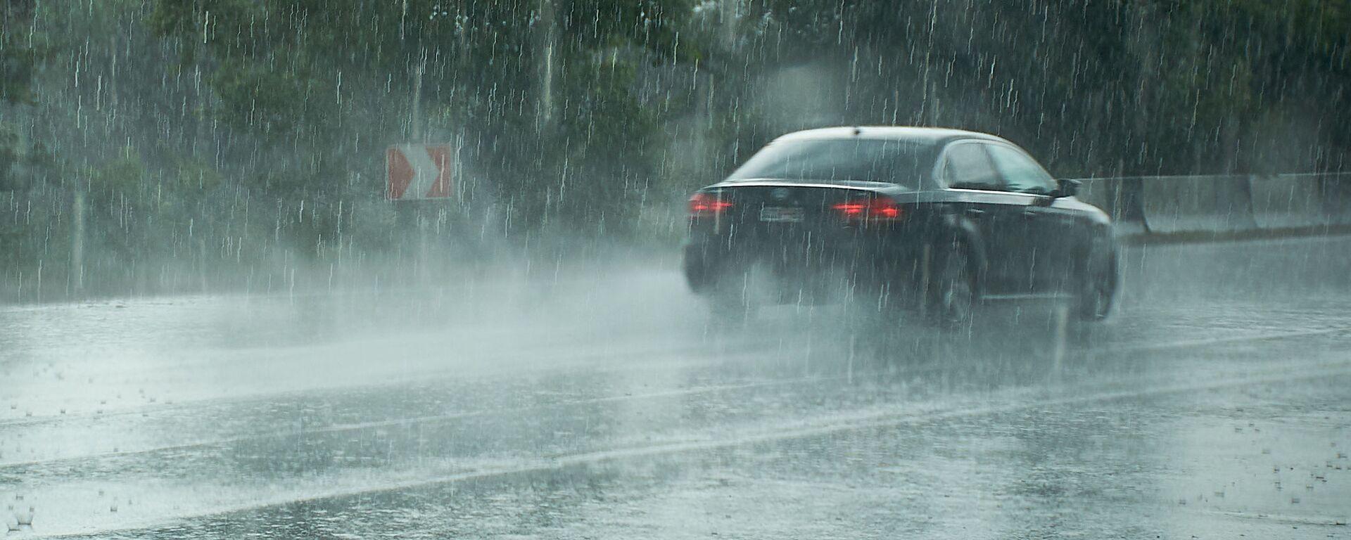 Машина едет по трассе в сильный дождь - Sputnik Грузия, 1920, 04.06.2021