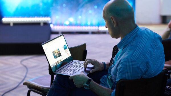 Человек работает за компьютером - Sputnik Грузия