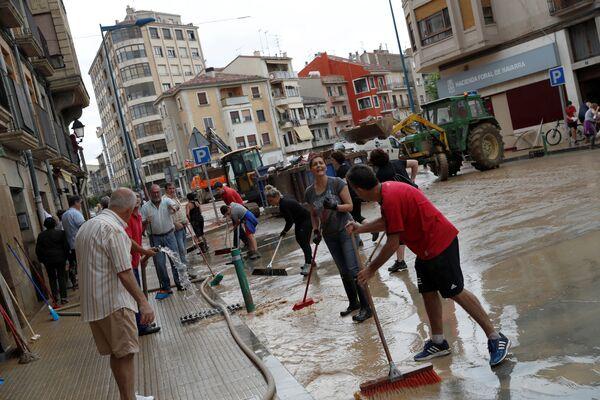 მოსახლეობა ქუჩების დასასუფთავებლად და ტალახით სავსე სახლების დასასუფთავებლად გავიდა ქუჩებში  - Sputnik საქართველო