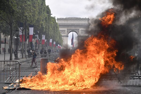 Массовые беспорядки на Елисейских полях начались после парада по случаю Дня взятия Бастилии - Sputnik Грузия