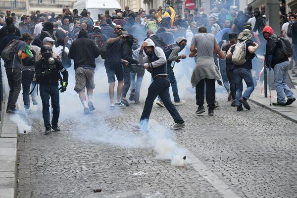 Стычка с полицией произошла в одной из зрительских зон еще до начала парада - Sputnik Грузия