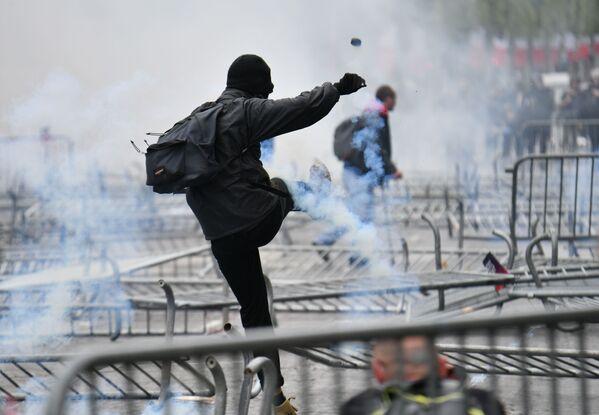 Спецназ пытался противостоять митингующим - Sputnik Грузия