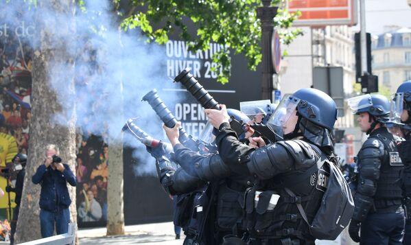 В результате потасовки полиции пришлось применить слезоточивый газ - Sputnik Грузия