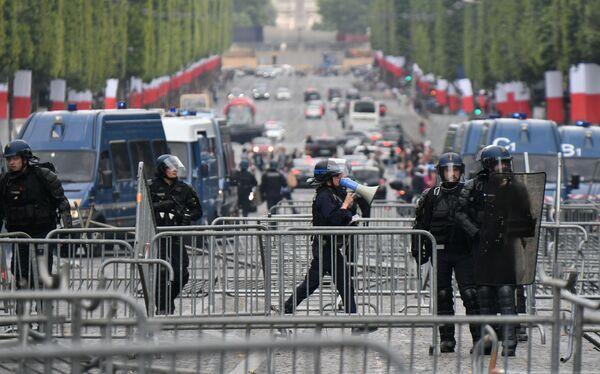 Сотрудники правоохранительных органов пытались раскидать построенные баррикады  - Sputnik Грузия