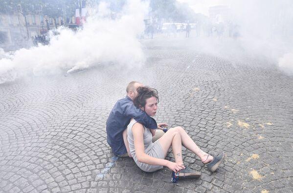 К дыму от шашек и запаху слезоточивого газа добавился чад от горящего пластика - Sputnik Грузия