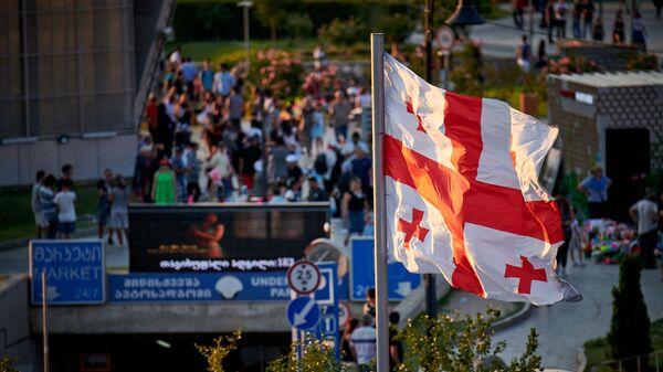 Туристы гуляют в центре грузинской столицы. Флаг развевается над площадью Европы в Тбилиси - Sputnik Грузия