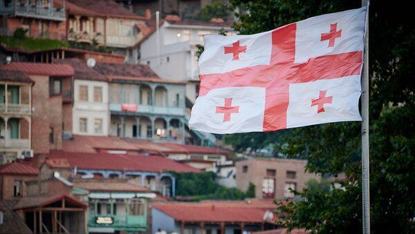 Флаг Грузии развевается на фоне старого Тбилиси - Sputnik Грузия