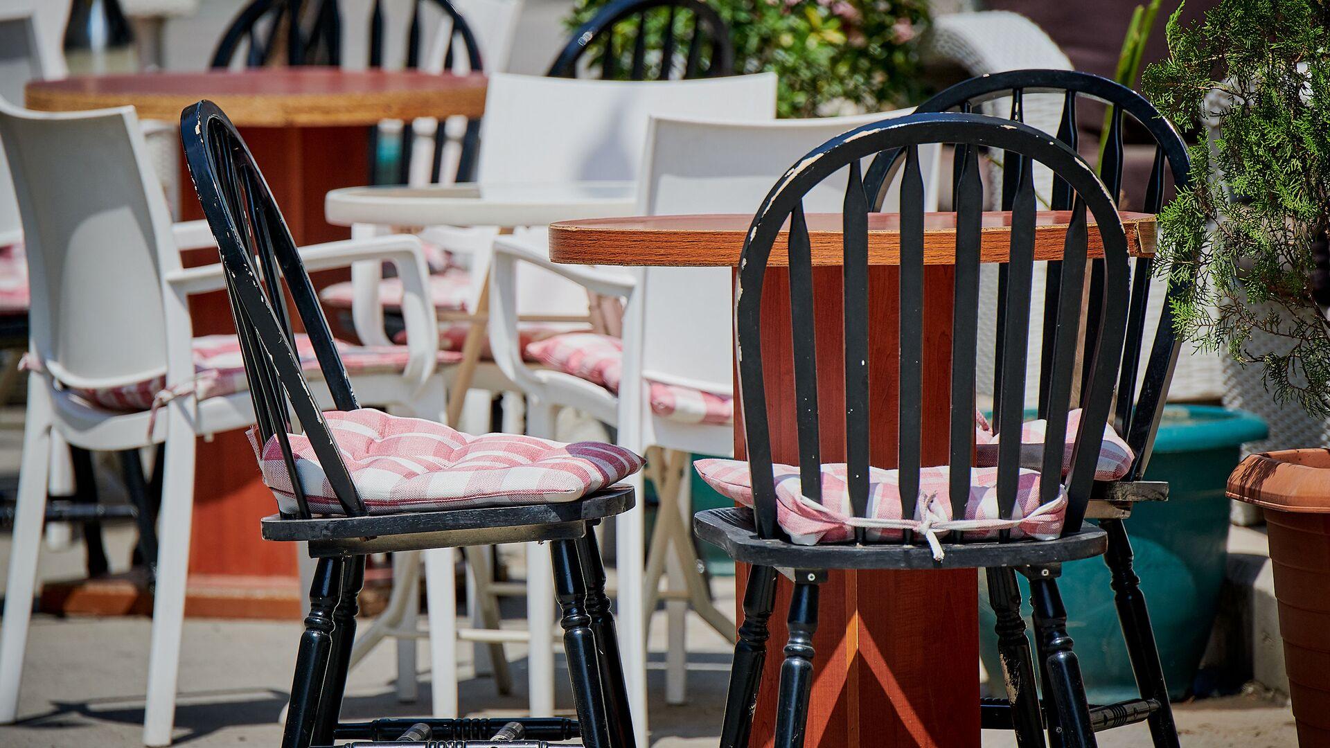 Пустые столики в уличном кафе - Sputnik Грузия, 1920, 25.06.2021
