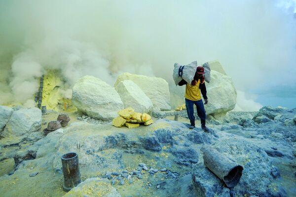 Внутри кратера вулкана постоянно происходят выбросы газовых испарений, которые оседают на керамических трубах - Sputnik Грузия