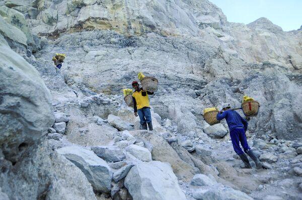 У шахтеров отсутствует специальная одежда, и они особо не защищаются от опасных газов и жидкостей, которые выделяются во время процесса добычи серы - Sputnik Грузия