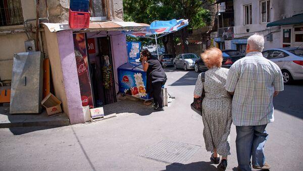 Пожилая пара идет по улице близ площади Орбелиани в старом Тбилиси - Sputnik Грузия