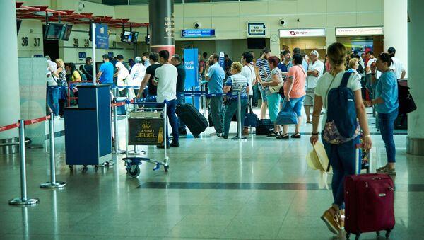 Пассажиры с багажом в тбилисском аэропорту - Sputnik Грузия