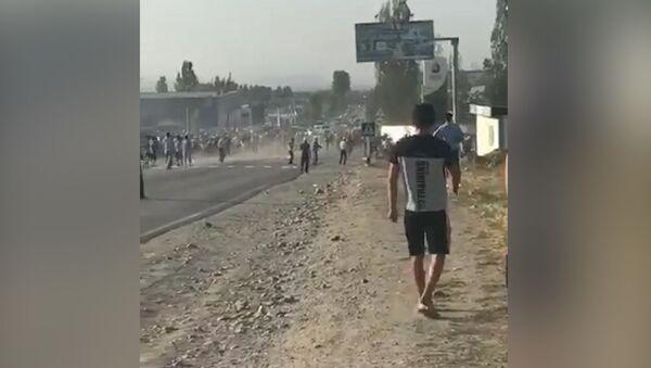 Как сторонники Атамбаева прорвали милицейский кордон - Sputnik Грузия