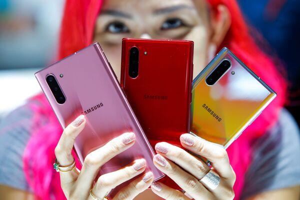 პირველი მოდელი ყველა Galaxy Note-ს შორის ყველაზე დიდი ზომის ეკრანით გამოირჩევა - 6,8 დიუიმი, ხოლო Galaxy Note 10-ის ეკრანის ზომა 6,3 დიუიმია - Sputnik საქართველო