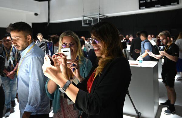 IT & Mobile Communications Samsung Electronics-ის პრეზიდენტმა დონგ ჯინ კომ პრეზენტაციის დროს ყურადღება გაამახვილა იმაზე, რომ ახალ სმარტფონებში უფრო მეტი ყურადღება დაეთმო მოწყობილობის უსაფრთხოებას - Sputnik საქართველო