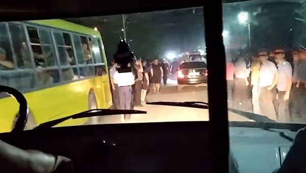 Она спасала спецназ от разъяренной толпы — душераздирающее видео из Кой-Таша - Sputnik Грузия
