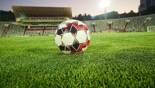 Футбольный мяч на поле стадиона Михаила Месхи - Sputnik Грузия
