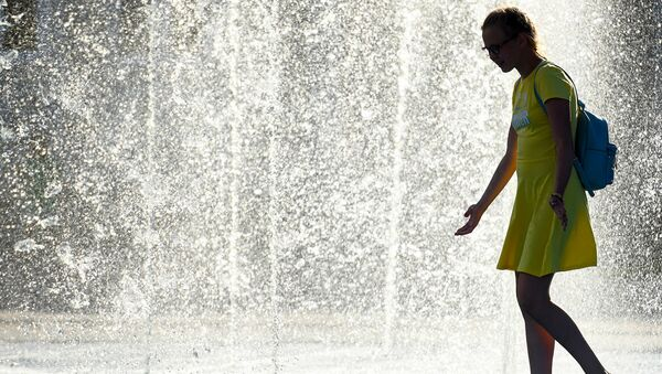 Неповторимая Аджария - виды. Девушка у фонтана в центре Батуми летом - Sputnik Грузия