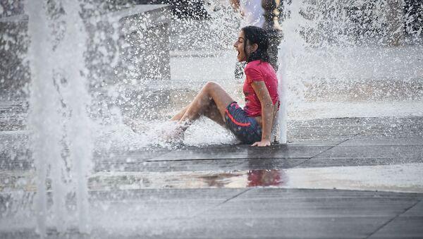 Дети купаются в фонтанах в столице Грузии - Sputnik Грузия