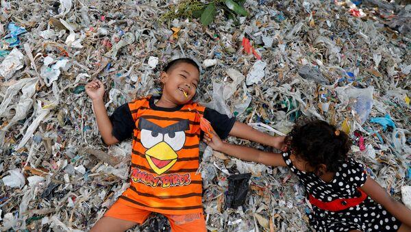 Дети играют на куче мусора в индонезийской деревне - Sputnik Грузия