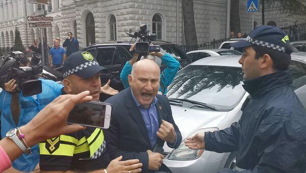 Депутат парламента Квициани устроил потасовку с протестующими - видео - Sputnik Грузия