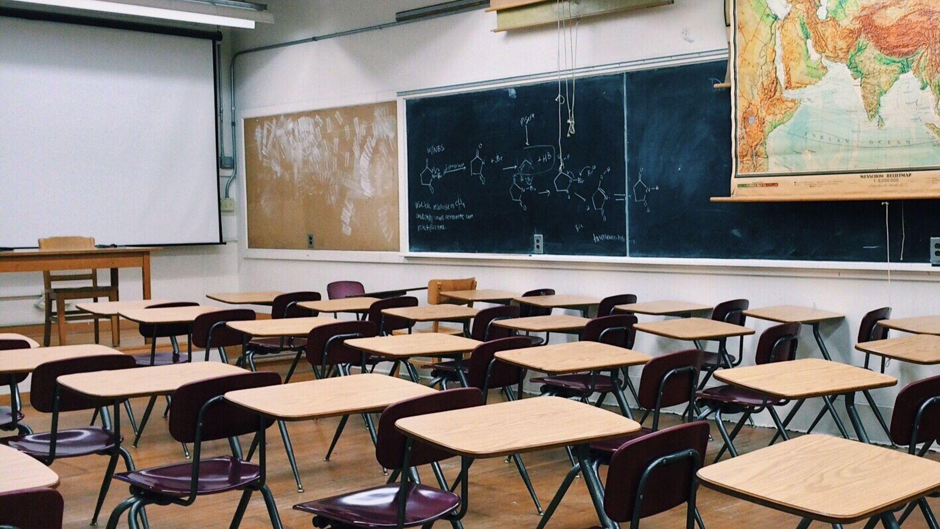 Школьные парты в классе в школе - Sputnik Грузия, 1920, 28.09.2021